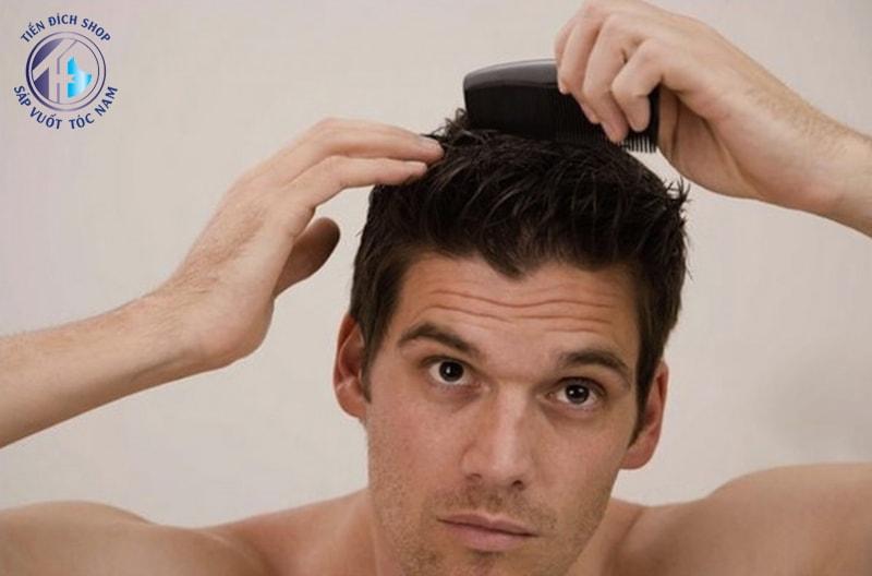 chải tóc bằng lược giảm độ phồng